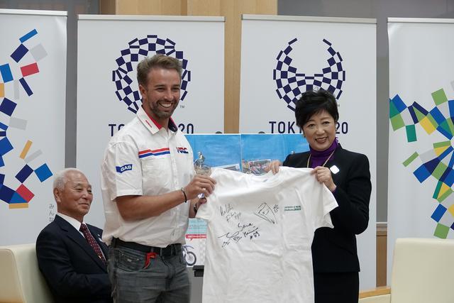 画像: 現在「HRC Dakar Team」に所属するエルダー・ロドリゲス選手から、小池都知事にサイン入り大会Tシャツが手渡されました。