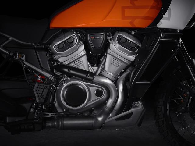 画像: 新型水冷Vツイン「Revolution Max」。PAN AMERICAは排気量1250ccで最高出力145馬力、最大トルク90ft.lbs.以上を、BRONXは排気量975ccで最高出力115馬力、最大トルク70ft.lbs.以上を発生する。