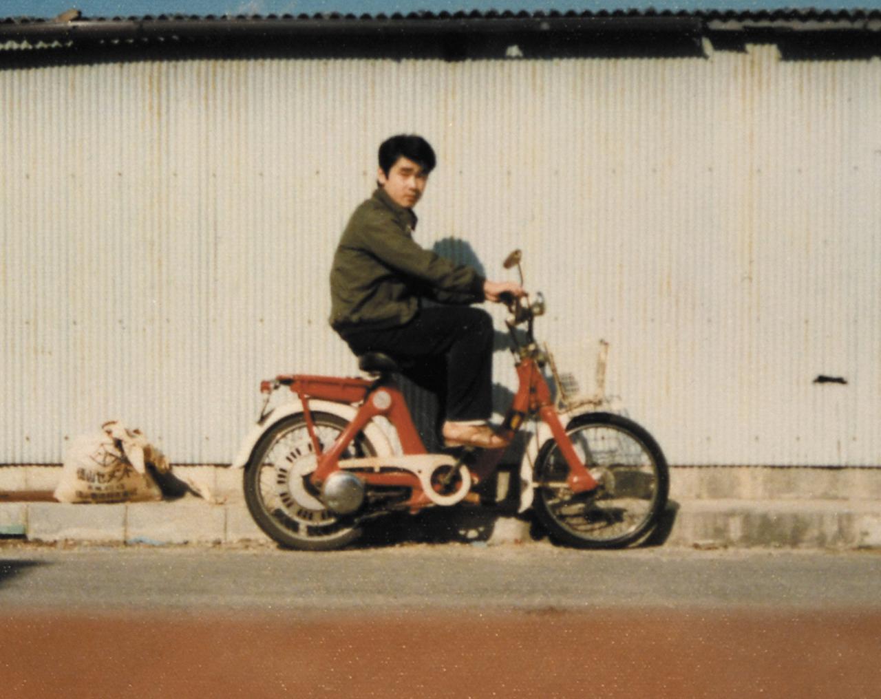 画像: 大阪のバーテンダー時代に乗っていたリトルホンダP25。ペダルで自走もできるモペットタイプで、1966年の発売当時の新車価格は2万9800円。パンクして「チューブも交換するから、修理代3000円」と言われたため、バイク屋さんに引き取ってもらった。