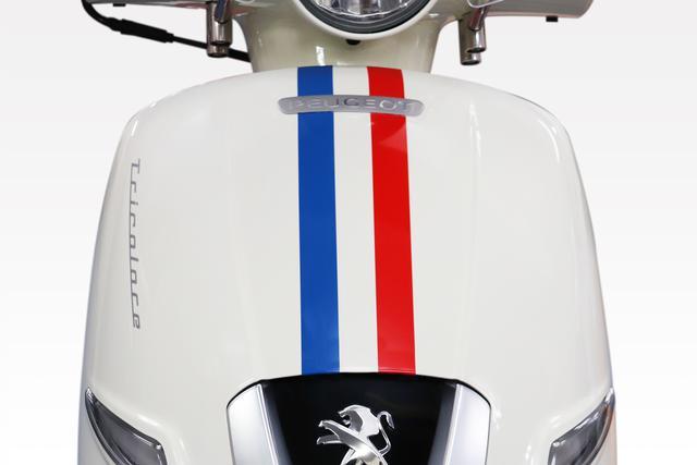 画像: トリコロールカラーを表現する青と赤のストライプが、フロントカウルとフロントフェンダーにあしらわれています。