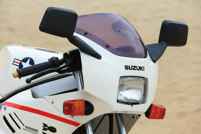 画像: よく見るとヘッドライトは完全な四角ではない。発売時、左側のミラーはオプションだった。ΓやGSX-R750と共通デザインのウインカーであるがレンズがスモークではなくオレンジだ。