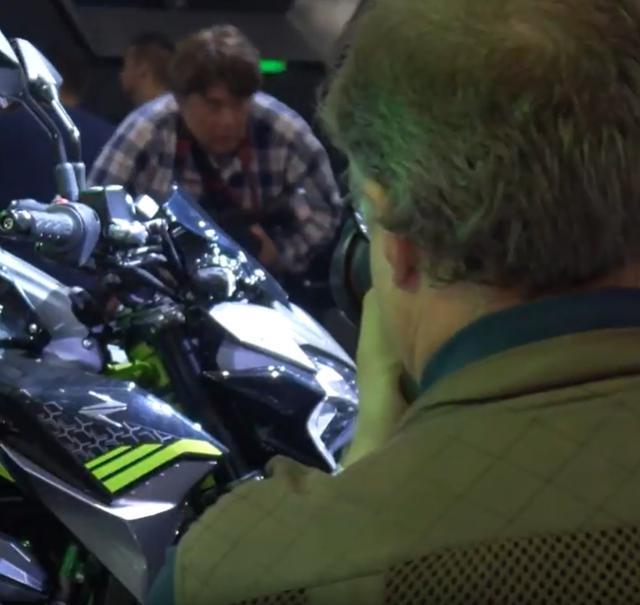 画像: 【おまけ】2本目の動画「EICMA Special: Kawasaki Booth II」にwebオートバイ現地取材班の姿が(笑)