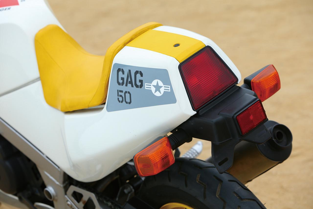 """画像: テールランプと、反射鏡のついたリアフェンダーはGSX-R750と共通品である。シングルシートカウルは左右と中央部分の3ピース構造。このカラーは""""バトルプレーン・キャラクター""""。"""