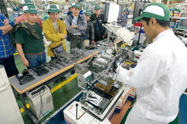 画像: 「エンジン分解実演」はエンジン工場の見学ルートの途中にあり、エンジンを熟知した従業員が内部構造や工程などを説明しながら分解してくれる。元々は3回を予定していたが回数を増やすほど好評だった。