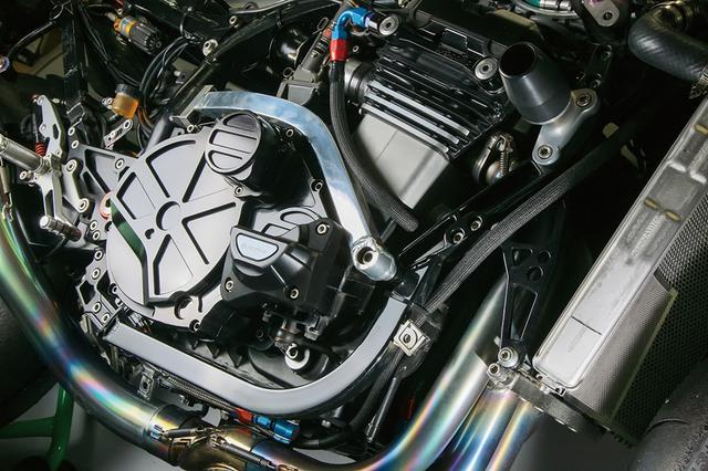 画像: この車両ではZRX1200R(1164cc)エンジン+ZRX1200DAEG用6速ミッション+WPC/DLC/鏡面加工処理のコンロッド、アドバンテージST-1.5カム等の内容を持つ。キャブレターは中速以上での吹けの良さからTMR(φ38mm)に。スライダーはアクティブの新作2ピース式をチョイスした。