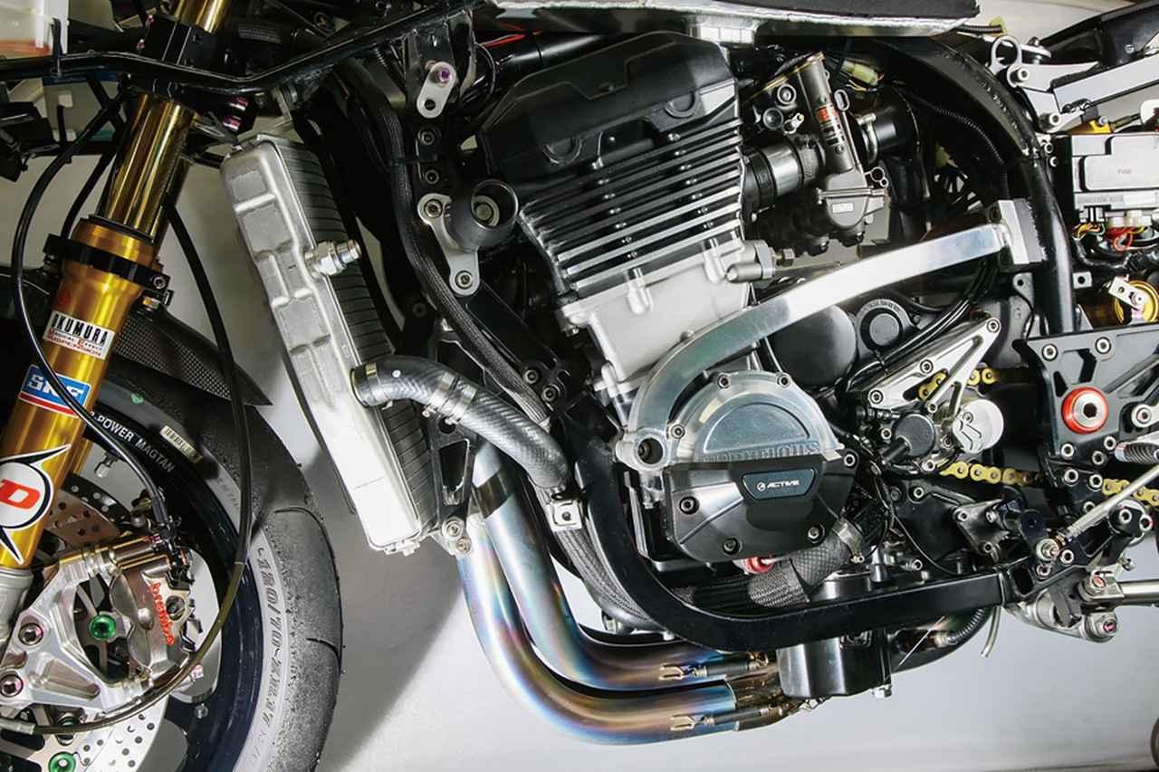 画像: GPZ900RへのZRX1100/1200など後継機エンジン換装の場合、リヤハンガーはそのまま使えるが、フロント側は考える必要がある。GPZ-Rエンジンではシリンダーヘッドに直接マウントできるが、これのないZRXなどではダウンチューブを付けて、そこでも締結する。GPZ900RへのZRX1100/1200など後継機エンジン換装の場合、リヤハンガーはそのまま使えるが、フロント側は考える必要がある。GPZ-Rエンジンではシリンダーヘッドに直接マウントできるが、これのないZRXなどではダウンチューブを付けて、そこでも締結する。