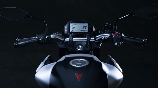 画像: ベースとなったYZF-R3はスーパースポーツらしいセパハンだが、ネイキッドであるMT-03はアップライトで扱いやすいバーハンドルを採用。
