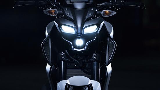 画像: MT-15によく似たデザインのLEDヘッドライトは、下の単眼がメインで、上の2本はポジション。