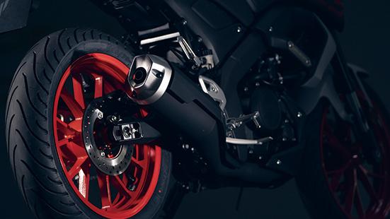 画像: マフラーのデザインや、鮮やかなホイールが印象的なカラーリングなど、シリーズ上級モデルのイメージを踏襲。