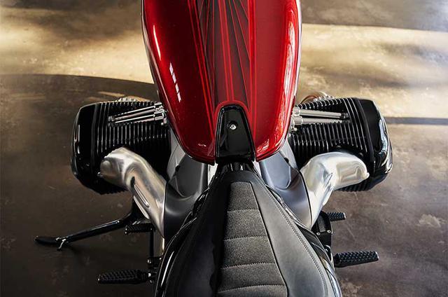 画像: BMW史上最大となる1800ccのボクサーツインエンジンを搭載。シリンダー上面にはOHV方式を思わせるプッシュロッドタワーがあります。