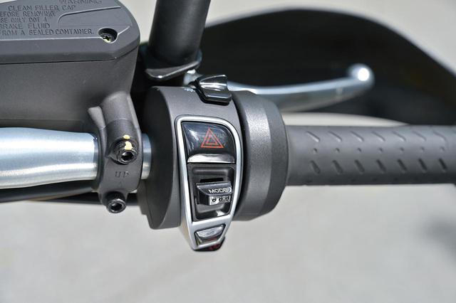 画像: 高速道路での巡航でありがたいオートクルーズコントロールを標準装備した。スイッチはハンドル左にあり、2km/h刻みで速度の設定ができる。