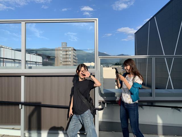 画像: ブチ切れながら看板を記念撮影している。
