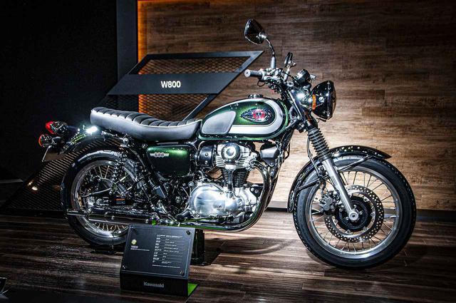 """画像: 【動画あり】カワサキ 新型「W800」がモーターショーで突如発表!""""フロント19インチ""""で復活!画像も盛りだくさんです!! - webオートバイ"""