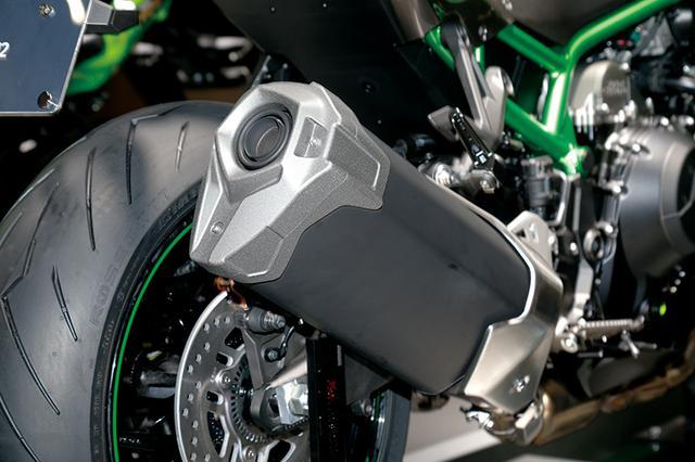 画像: 多角形断面のサイレンサーはカワサキのスポーツバイクならではのデザイン。出口は口径の大きなデザインとなっている。