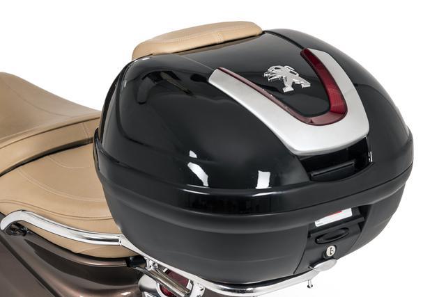 画像: トップケース。34Lの大容量でフルフェイスヘルメットも収納できます。通常価格税込43,780円。