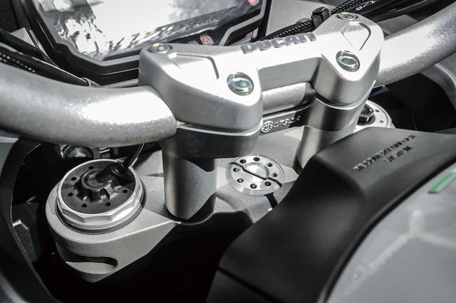 画像: スカイフックが装備された電子制御セミアクティブサスは、左フォークがダンパー機能を、右フォークがスプリング機能を担う。プリロードは手動で調整するタイプとなる。