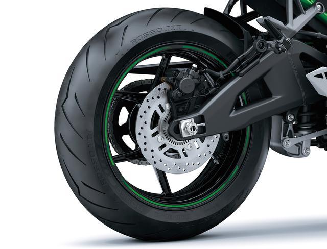 画像: リアブレーキは226㎜径。タイヤはピレリのディアブロロッソⅢが標準装着となっており、タイヤサイズは190/55ZR17だ。