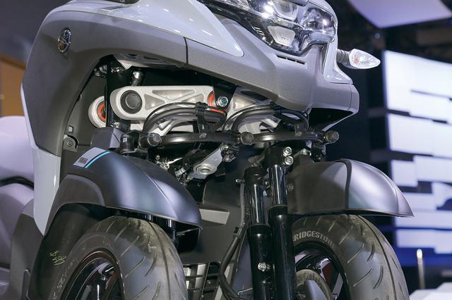 画像: トリシティ125/155がパラレログラムリンクを使用しているのに対し、300はアッカーマン機構を採用。より自然なハンドリング。