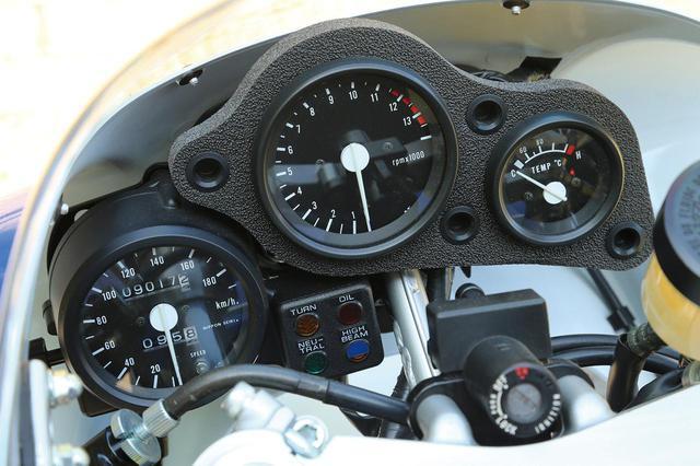 画像: 左から速度、エンジン回転、水温計で、いずれもアナログ式。タコメーターはレーサーのようにピークパワーが真上。サーキット走行を考慮し、速度計とインジケーターは外しやすい。