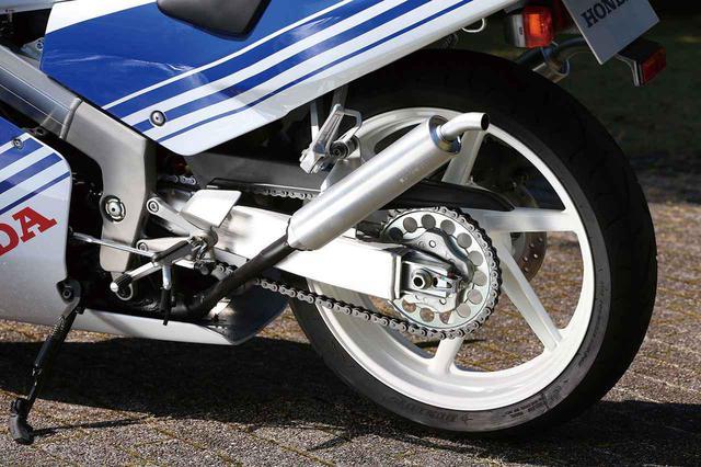 画像: 6本スポークデザインのアルミキャストホイールはワイドリム(300-17/400−18)とし、レース用タイヤに対応。リアの標準は140/60R18のラジアルタイヤを履いていた。