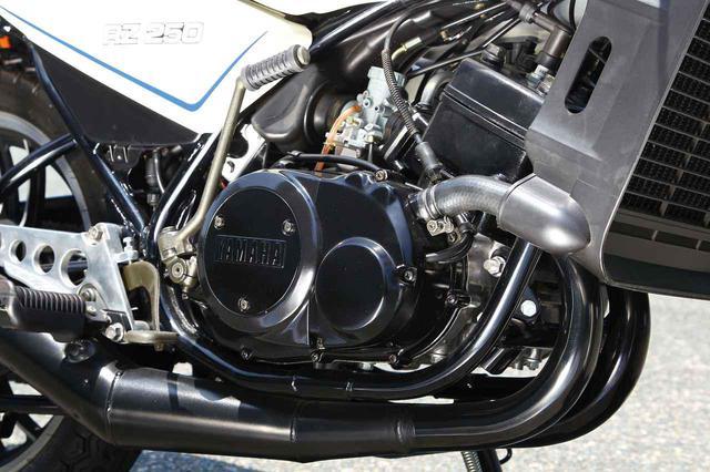 画像: 市販レーサーTZ250からフィードバックされたヤマハ量産車初の水冷エンジンを搭載。最高出力35PSというのは既存の250スポーツを遥かに上回る数値であった。