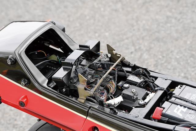 画像: シートレールはGPZ900R加工で、電装類/ハーネスは当初のGPZ900R純正位置に、後にZX-10R位置に変更した。マニュアルもZX-10R準拠とした。