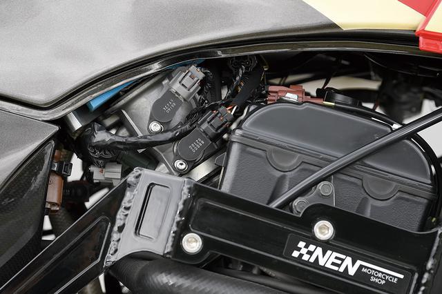 画像: エンジンおよびメインフレームは2009年型ZX-10Rに換装されている。合わせる吸気系もZX-10Rそのもの。ダウンドラフト式フューエルインジェクションで、サブコンiconⅢでセッティングする。