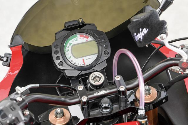 画像: ステムはZX-10Rだがバーハンドル仕様とするためアッパーブラケットを新作。ワンボディメーターはZX-10Rでフロントマスターシリンダーにはブレンボを装着する。