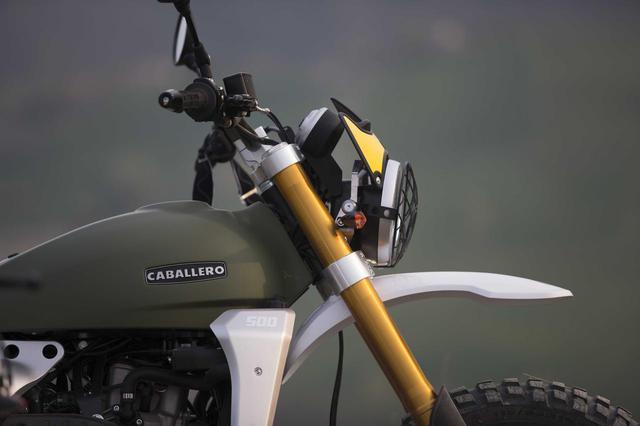 画像: フロントフェンダーやヘッドライトガードも装備され、見た目も機能もオフロード性能が高まっています。