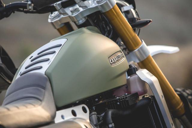 画像: アルミ製エンジンガードやヘッドライトプロテクター、ラジエターガードなどが標準装備となり、すぐにでもオフロードを楽しむことができる車両となっています。