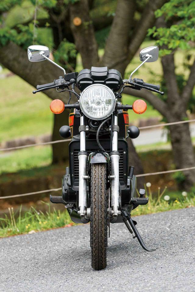 画像: RZ250の初期型のカラーリングは、白×赤と、この写真の黒×赤の2タイプが用意されていた。