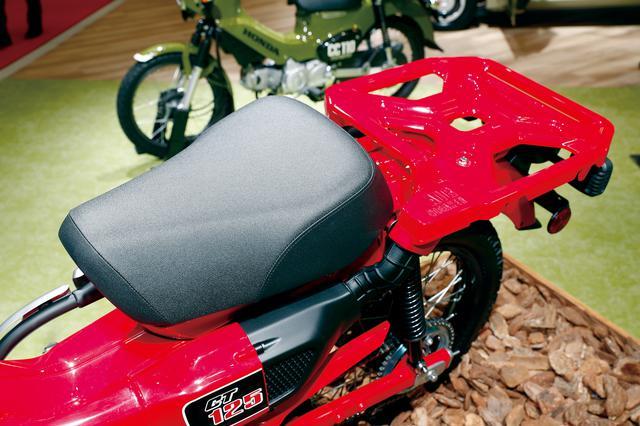 画像: シートの基本的なデザインはスーパーカブC125と同様。細かく見るとシート前方の形状が異なっていて、足着き性を改善しているようだ。