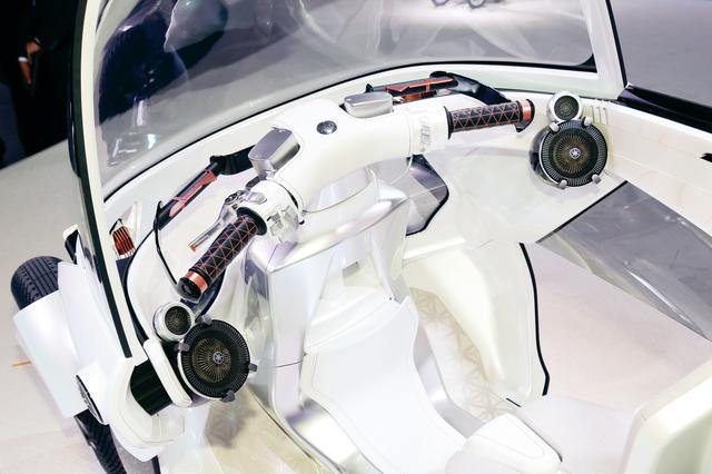 画像: ハンドルは二輪車と同様の造りとなっていて、操作も二輪車そのまま。ヤマハの音響技術によるデジタルサラウンドシステムも搭載。