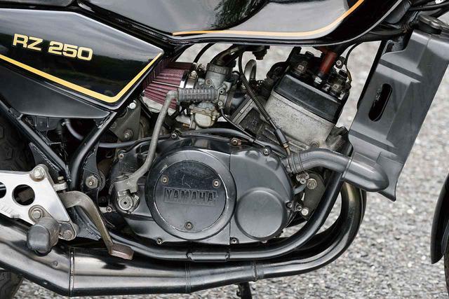 画像: エンジンは市販レーサー・TZ250と共通な54×54mmというボア・ストロークを採用した水冷2ストピストンリードバルブ並列2気筒。当時250ccクラストップの最高出力35PSを発揮し、4スト400ccマシンと互角の走りを味わえた。撮影車はエアクリーナーが換装されている。