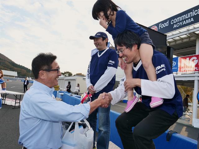 画像: 各クラスのウイナーをねぎらうプレゼンターは、観戦に訪れていたMFJの鈴木哲夫会長が務めた。