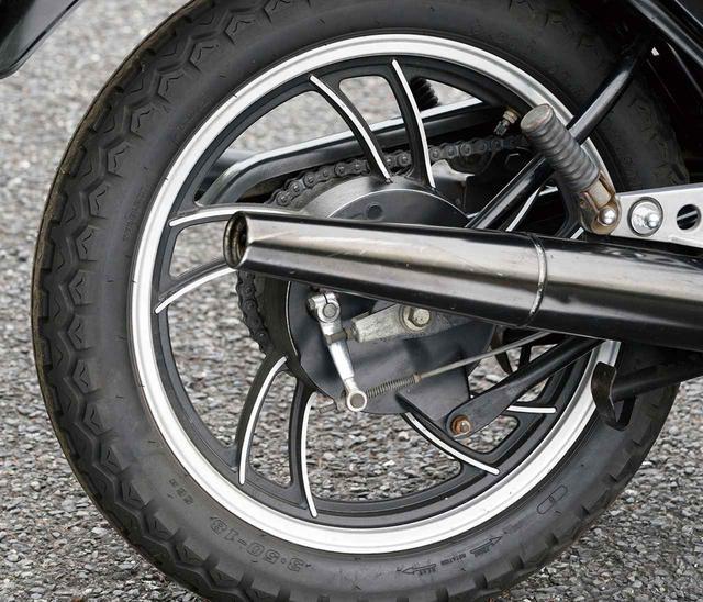 画像: フロントブレーキこそレーシーで高性能なディスクブレーキを採用していたが、リアブレーキはドラムブレーキだった。キャストホイールの独特なデザインは前輪と共通だ。