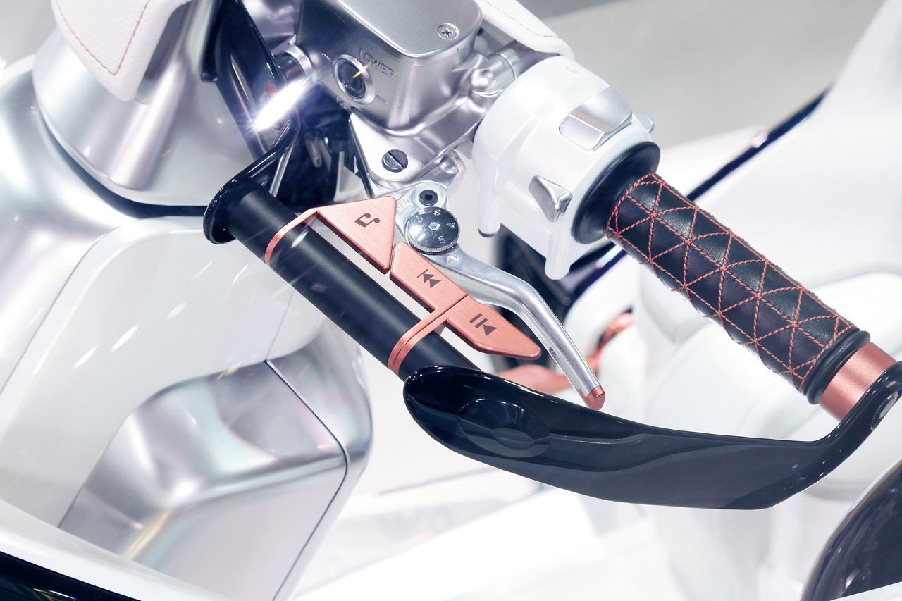 画像: スマートフォンなどと接続して、音響システムを使って音楽も楽しめる。再生などの操作をするためのスイッチは左側ハンドルに装備した。