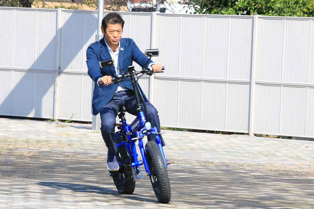 画像: 実際に神達市長も試し乗り。具体的な計画はこれからのようですが、観光などに取り入れたら面白そうですね。