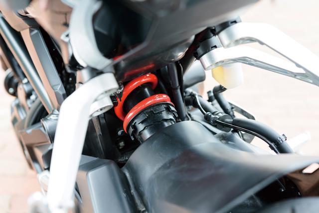 画像: 旧型から変更を受けたリアショックユニットは、ピストンバルブを大径化した分離加圧式を採用。ライダーの好みに合わせた調整が可能な7段階のスプリングプリロードアジャスターを備えている。