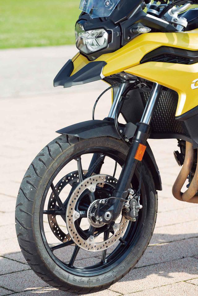 画像: フロントホイールは19インチ径のキャストホイールで、タイヤサイズは110/80。標準装着のタイヤはミシュランのアナキー3だ。φ305㎜径のローターをダブルで装着するディスクブレーキのキャリパーはブレンボ製。インナーチューブ径φ41m㎜の正立フロントフォークは170㎜という長いストロークを確保。