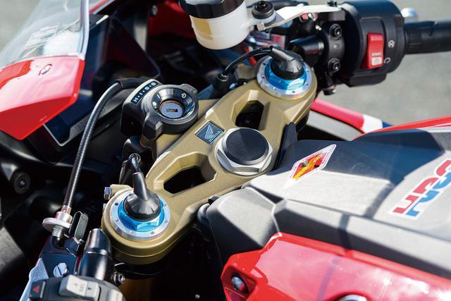 画像: CBR1000RRのオプション装備(6万4800円)であるクイックシフターを、SPは標準で装備。なおシフトペダルにかかる踏力に応じた制御タイミングは、アップ/ダウンとも3段階ずつ調整することが可能だ。