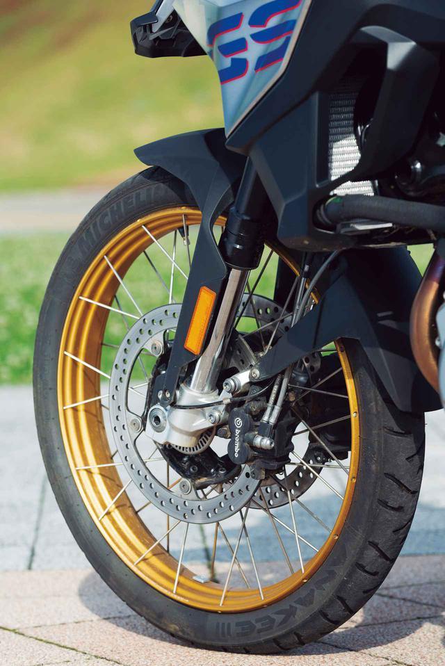 画像: フロントフォークは750の正立とは別物の倒立で、230mmという充分なストロークを確保。ホイールはアルミ製クロススポークホイール、装着されているタイヤは750と同じくミシュラン・アナキー3、サイズは90/90-21。オフロード向けタイヤは用意されていない。