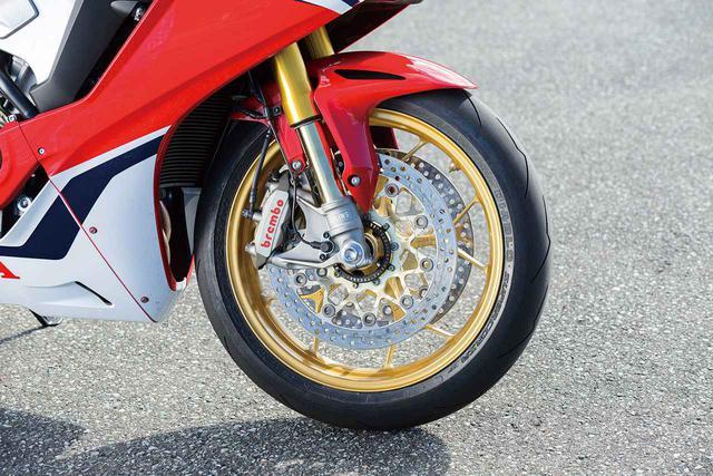 画像: ブレンボ製の、モノブロックキャリパーを採用するフロントブレーキ。スーパースポーツモデル専用ABSを採用することで、サーキット走行でも違和感なく扱える制動フィーリングをライダーに提供してくれる。