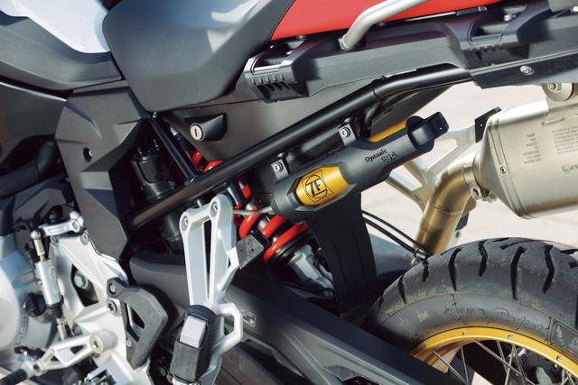画像: シンプルな直押しリアサスの基本的な構造は750と同じだが、ストロークは215mm(プレミアムラインの場合。スタンダードは195mm)にまで伸ばされていて、本格的なオフロード走行にも対応。伸び側の減衰力もセッティング可能になっている。