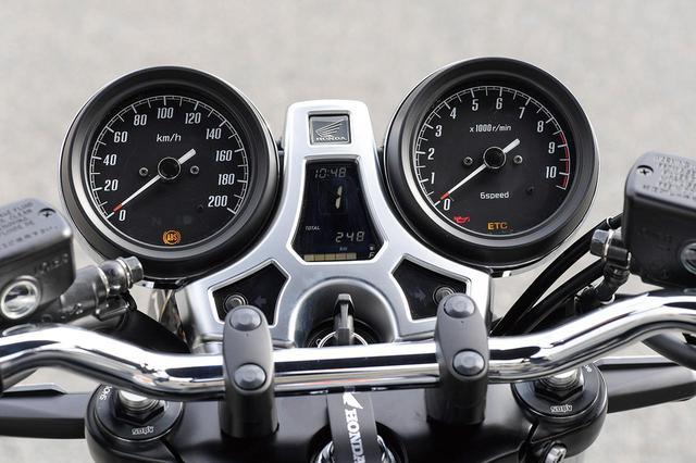 画像: アナログ式二眼メーターの中央のインジケーターは、ギアポジションや逆算燃費計などを表示。カバー部はサチライトメッキ処理を施すことで、質感の向上が図られている。トップブリッジは、バフ手仕上げ仕様だ。