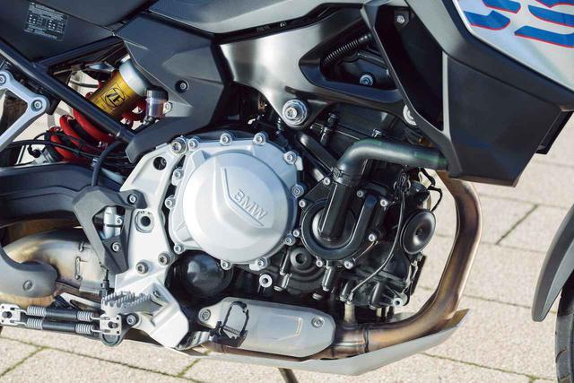 画像: 排気量853cc、DOHC4バルブヘッドを備える一見ごく普通の水冷並列2気筒エンジン。しかし270度位相の逆回転クランクやバランサーを採用、コンパクトなサイズでありながら最高出力95PSを発揮して、力強く軽快な走りを実現。スリッパークラッチも備えている。
