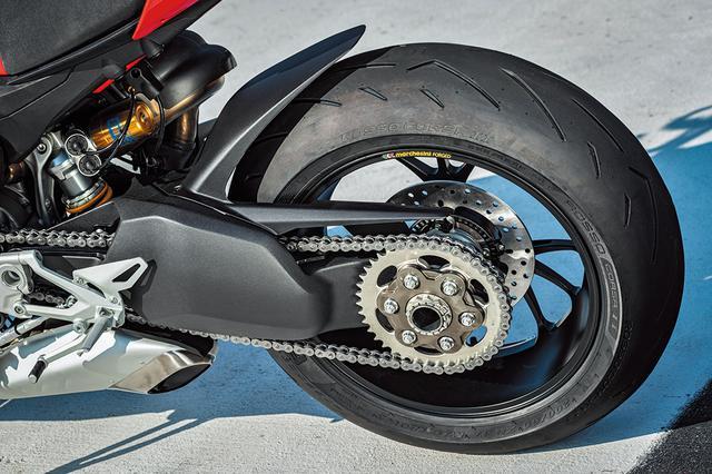 画像: ドゥカティスーパーバイクシリーズ譲りの片持ちスイングアーム。リアブレーキはφ245㎜ディスクに2ピストンキャリパーを標準装備。