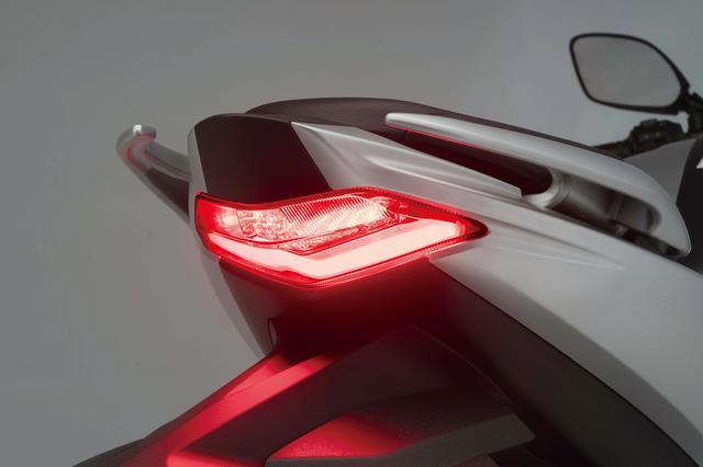 画像: 大胆に絞り込んだデザインのテールセクションに似合う、シンプルな形状のLEDテールランプ。ウインカーは電球タイプ。