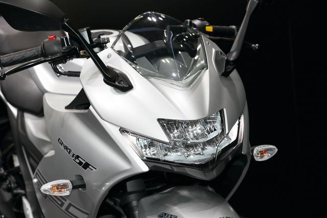 画像: 新設計のLEDヘッドライトはスズキらしい、スポーティなマスクを演出。GSX-Rのエッセンスを感じさせるデザインだ。