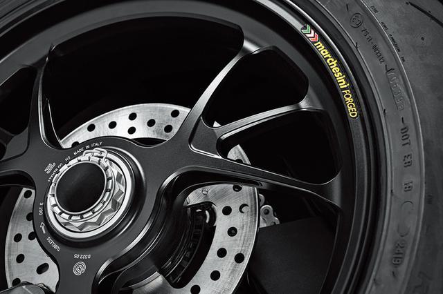 画像: V4Sにはマルケジーニ製鍛造アルミホイールを採用。V4とV4Sのホイールデザインはトリプル構造の3本スポークと同一。